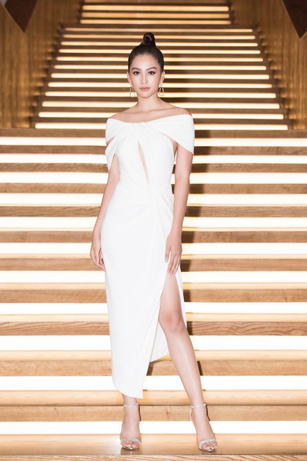 Trong khi đó, Hoa hậu Tiểu Vy thanh lịch cùng đầm trắng tinh khôi, cắt xẻ nhẹ nhàng.