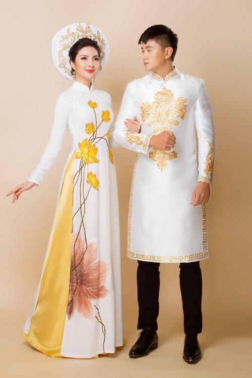 Gam màu vàng - trắng mang đến sự nền nã, nhẹ nhàng cho uyên ương yêu thích nétgiản dị. Áo dài nam đẹp là tấm áo có độ dài ngang gối, có sự vừa vặn với thân hình chú rể.