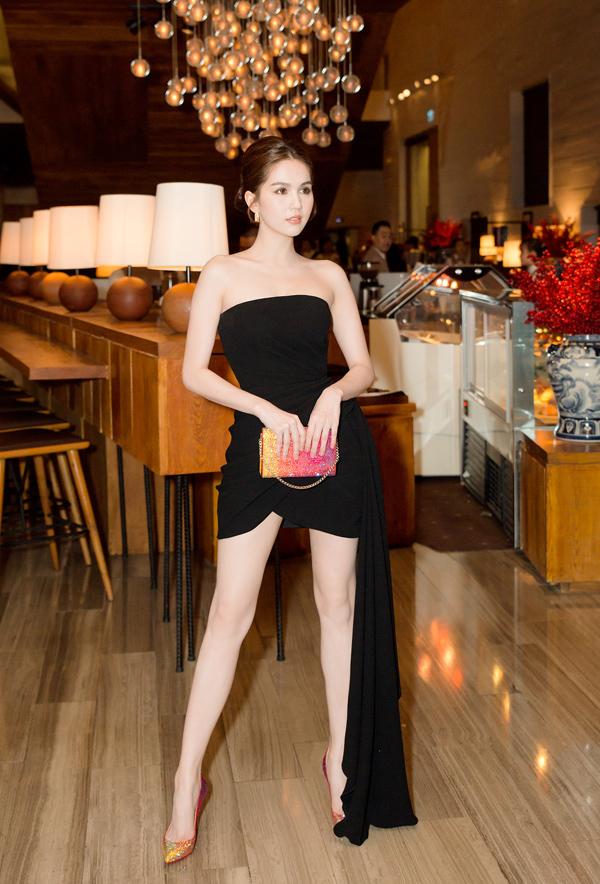 Ngọc Trinh chọn váy ngắn để tôn lên đôi chân thon dài và làn da trắng mịn.