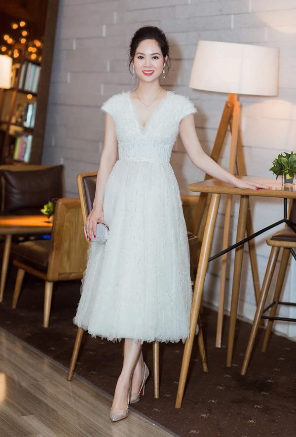 Cũng tham dự show thời trang của Lê Thanh Hòa, Hoa hậu Mai Phương thêm tươi trẻ trong thiết kế midi bồng bềnh.