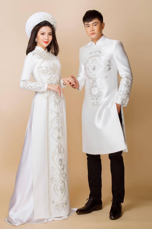 Cặp áo dài cưới cho cô dâu chú rể mang sắc trắng tinh khôi và nhẹ nhàng. Thiết kế mang phom dáng truyền thống, có họa tiết cung đình dành cho các cặp thích vẻ đẹp cổ điển.