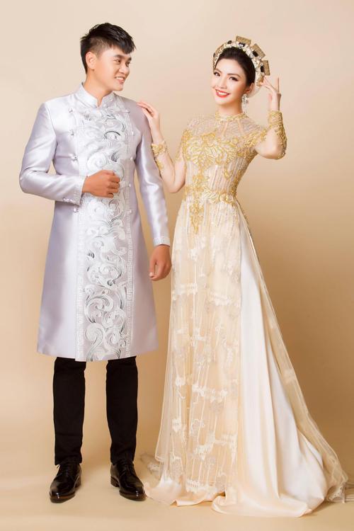 Cô dâu chú rể cũng có thể tạo dấu ấn riêng bằng cách phối hợp cặp màu có độ tương phản nhẹ nhàng như tím - vàng nhạt.Phom dáng áo nam có sự cứng cáp, khỏe khoắn và được cân bằng bởi họa tiết mềm mại ở giữa tà.