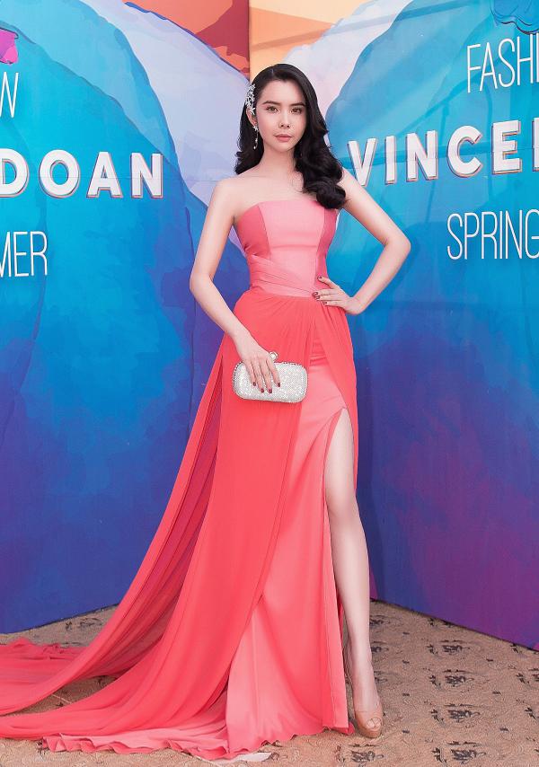 Hoa hậu Du lịch Thế giới 2018 Huỳnh Vy toát lên nét kiêu kỳ, duyên dáng khi diện váy xếp lớp mềm mại.