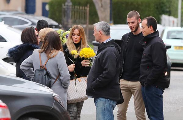 31/3 là ngày của Mẹ tại Anh nên Edurne và một số thành viên nữ trong gia đình De Gea được tặng hoa sau khi rời nhà hàng
