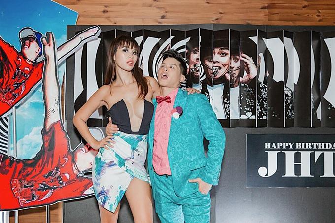 Siêu mẫu Hà Anh lên đồ sexy, quậy hết mình trong tiệc sinh nhật biên đạo múa John Huy Trần. Bà mẹ một con chia sẻ: Chưa bao giờ đi sinh nhật bạn mà vui thế. Quậy đã đời luôn.