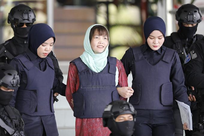 Đoàn Thị Hương tươi tỉnh khi được dẫn ra khỏi tòa án ở Malaysia sáng 1/4. Ảnh: AP.