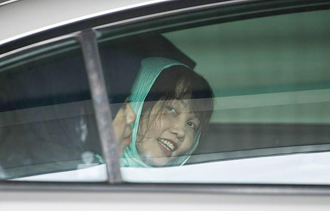 Hương cười với các phóng viên trước khi chiếc xe chở cô đi. Ảnh: AP.