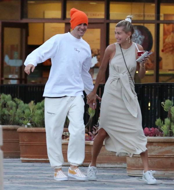 Bà xã 22 tuổi chỉ biết ôm mông cười trừ trước trò đùa lầy lội của Justin.