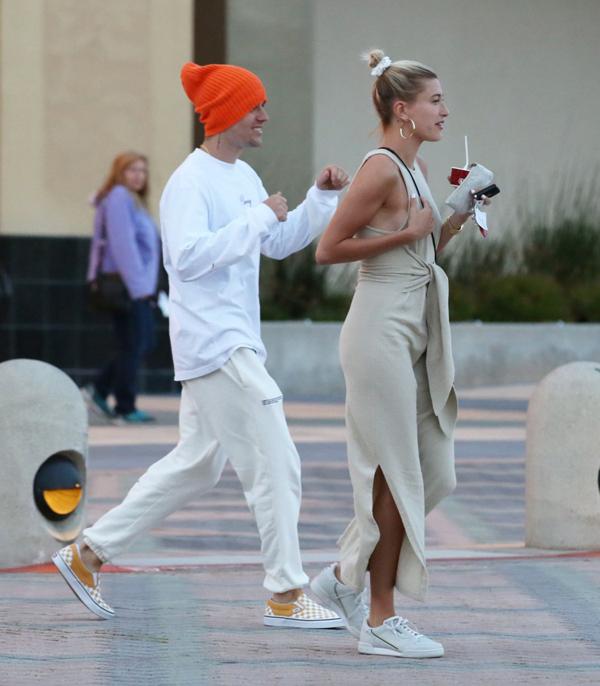 Justin Bieber và Hailey có một buổi hẹn hò đi uống cafe ở Aliso Viejo, California hôm 29/3. Cặp đôi tíu tít trên phố như một đôi uyên ương trẻ đang say đắm trong tình yêu.