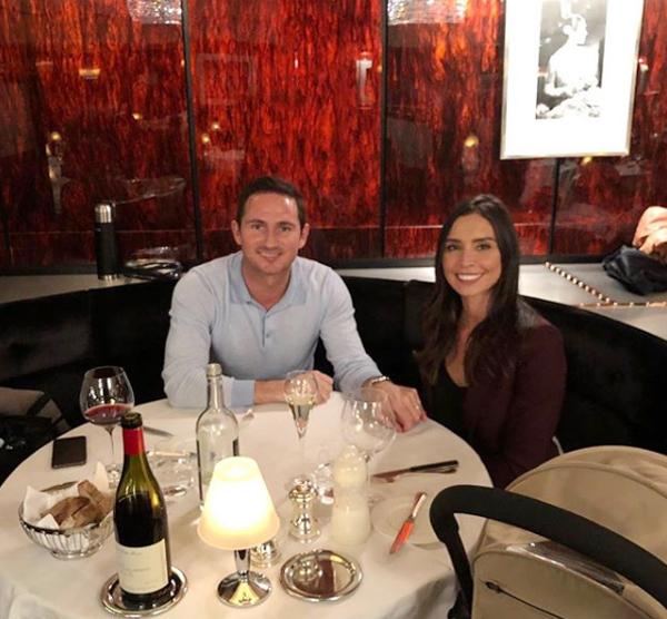 Cựu tiền vệ Frank Lampard đăng ảnh ngọt ngào chúc mừng ngày của Mẹ đầu tiên của bà xã Christine. Trước đó, ngôi sao một thời của Chelsea cũng tưởng nhớ tới người mẹ đã khuất,bà Pat, bằng một bức ảnh cũ ngày nhỏ.