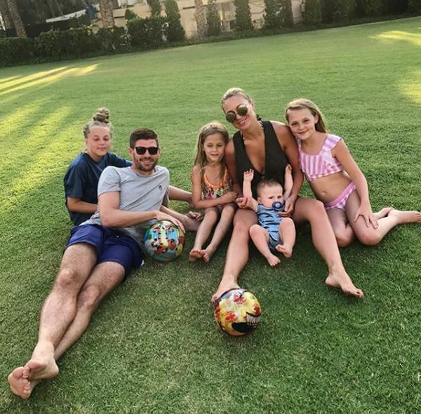 Cựu huyền thoại Liverpool, Steven Gerrard hy vọng bà xã Alex Curran có một ngày đặc biệt khi đăng ảnh hai vợ chồng bên ba cô con gái cùng cậu nhóc Lio