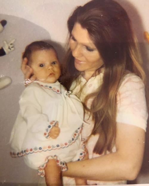 Trong khi đó, Vic cũng chia sẻ lại bức ảnh ngày nhỏ trong vòng tay mẹ, gửi lời chúc tới mẹ, bà Jackie.