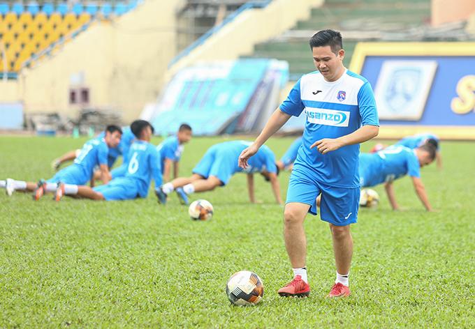 Bầu Tam trên sân tập cùng các cầu thủ Than Quảng Ninh.