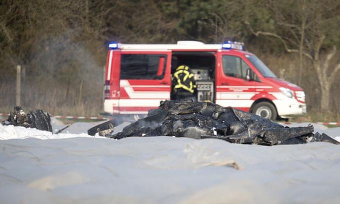 Chiếc máy bay cháy trụi sau khi rơi xuống đất. Ảnh: AP.