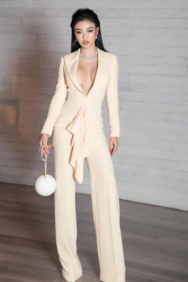 Không hẹn mà gặp, Julia Hồ cũng chọn túi xách có giá gần 300 triệu đồng để hoàn thiện set đồ khi đến tham dự show diễn của Lê Thanh Hòa.