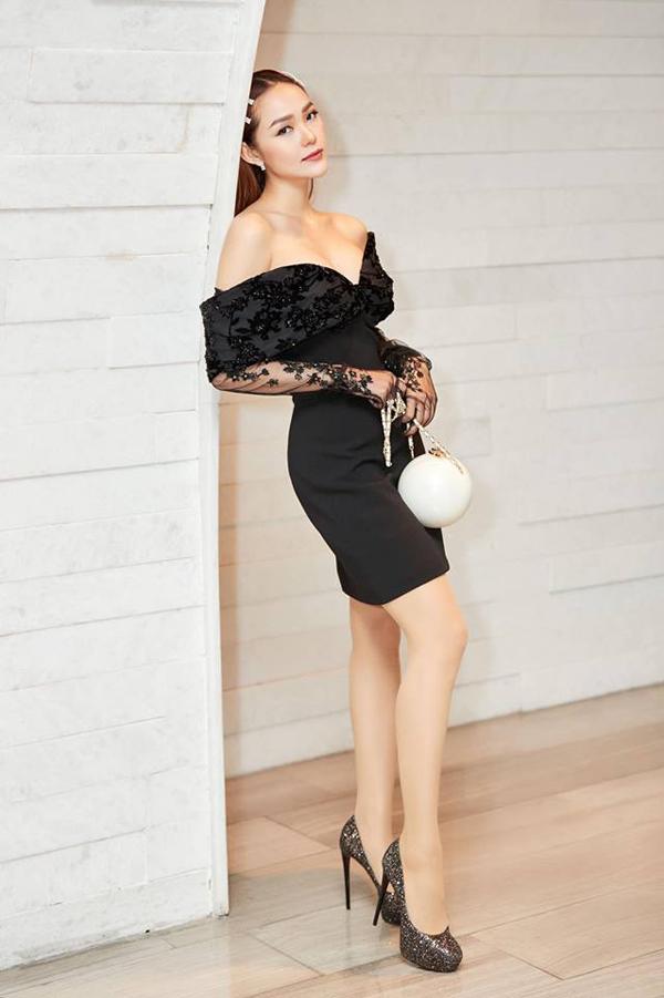 Để thể hiện phong cách sành điệu khi đi xem thời trang, Minh Hằng chọn kẹp tóc hot trend và túi Chanel dáng viên ngọc trai để phối đồ.