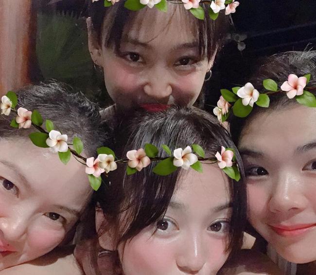 Song Hye Kyo mặc áo tắm, vui chơi với hội bạn thân - 1