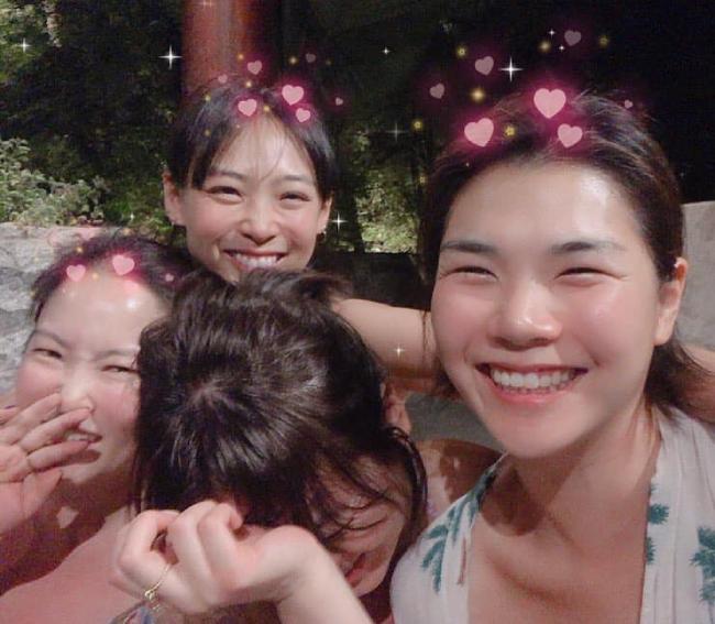 Những khoảnh khắc vui vẻ bên bạn bè của Song Hye Kyo. Nữ diễn viên dính vào tinđồn hôn nhân rạn nứt suốt đầu 2019, tuy nhiên cô chỉ im lặng thay vì lên tiếng phản hồi.