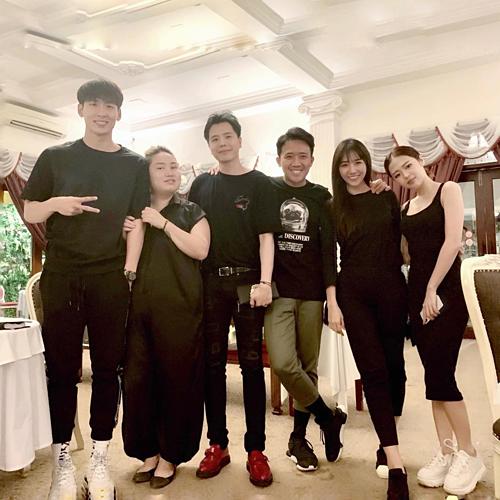 Vợ chồng Trấn Thành - Hari Won pose hình cùng đội quân màu đen trong một sự kiện. Trịnh Thăng Bình và Liz Kim Cương cũng có mặt trong một khung hình. Cặp đôi được cho là đang hẹn hò với nhau vì thường xuyên bị bắt gặp đi du lịch cùng nhau. Cặp đôi vẫn chưa lên tiếng công khai về mối quan hệ này.