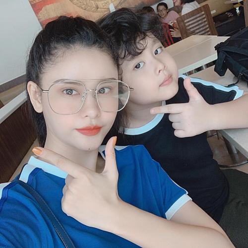 Ca sĩ Trương Quỳnh Anh mặc áo cặp selfie cùng con trai.
