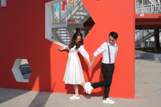 Cô dâu Nguyễn Thanh Thảo (kinh doanh du lịch) và chú rể Bùi Vũ Linh (kiến trúc sư) đều đến từ Hạ Long. Uyên ương chọn chụp hình cưới ở Cung văn hóa Thanh thiếu nhi Quảng Ninh và studio với chi phí 4 triệu đồng.