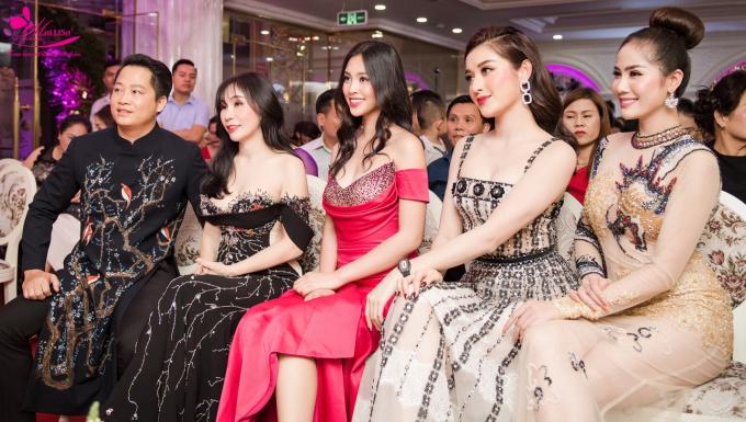 Từ phải qua: Á Hậu Hoàng Hà, Á Hậu Huyền My, Hoa hậu Tiểu Vy ngồi hàng ghế đầu cùng các khách mời VIP.