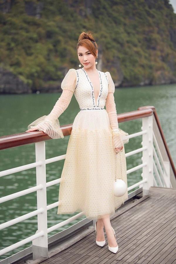 Ở mùa hè 2018, Quỳnh Thư cũng chọn túi ngọc trai để phối đồ khi tham dự show diễn của Lê Thanh Hòa tại Vịnh Hạ Long.