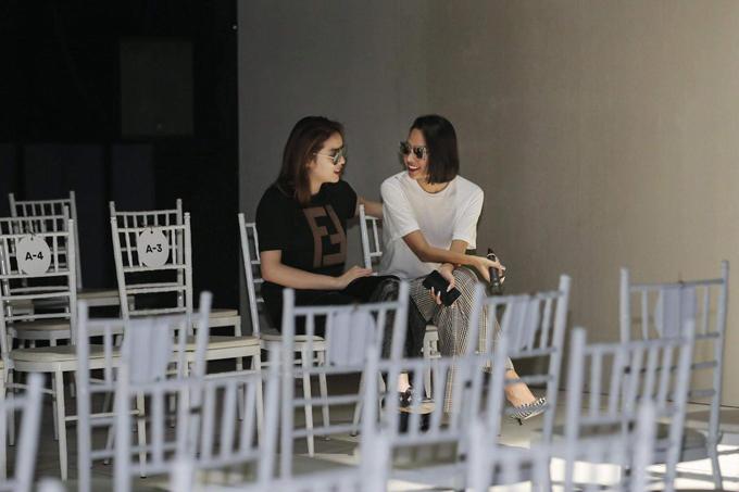 Hai người đẹp luôn thể hiện sự thân thiết và dính như sam khi tham gia tổng duyệt, trình diễn cho show thời trang của người bạn thân.