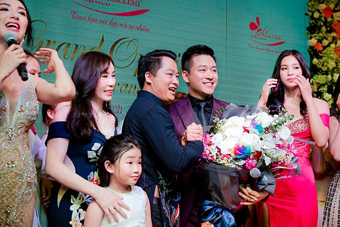 Tuấn Hưng bắt tay và gửi lời chúc mừng tới vợ chồng doanh nhân Hoàng Kim Khánh và Phan Thị Mai sẽ mở thêm nhiều chi nhánh để phục vụ nhu cầu làm đẹp của các chị em trên khắp cả nước.