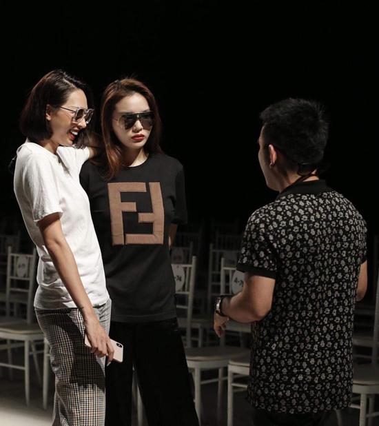 Bên cạnh việc chỉ đạo catwalk, Minh Triệu còn kiêm luôn vai trò vedette cùng với Kỳ Duyên.