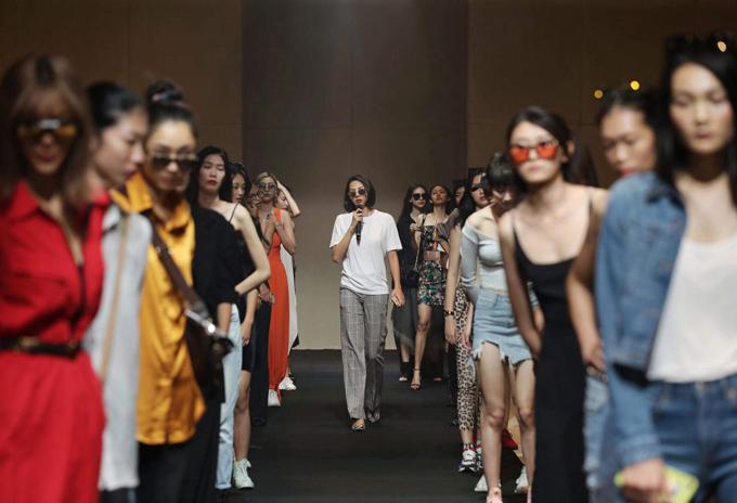 Trở lại sàn diễn thời trang sau khoảng thời gian tập trung cho việc kinh doanh, Minh Triệu đảm nhận vai trò đạo diễn catwalk cho show của Lê Thanh Hòa.