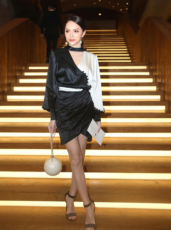 Hoa hậu Hương Giang được khen ngợi hết lời khi phối trang phục và phụ kiện ton-sur-ton khi đến mừng đám cưới Trường Giang - Nhã Phương.