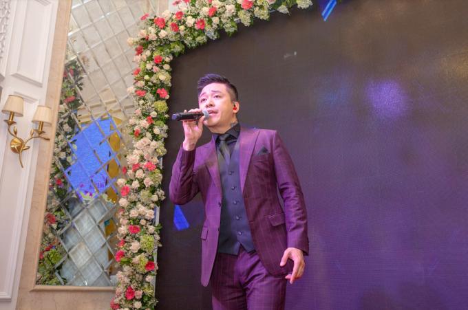 Ca sĩ Tuấn Hưng và doanh nhân Hoàng Kim Khánh là bạn thân trong hội siêu xe, hai người cùng sở hữu những chiếc xe đắt đỏ. Dù rất bận với lịch biểu diễn tại Hà Nội nhưng anh vẫn sắp xếp thời gian tham dự buổi khai trương chi nhánh thứ 12 của Thẩm mỹ viện Mailisa.