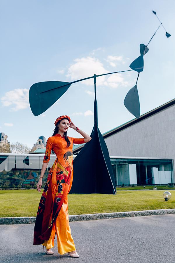 Các người mẫu Pháp đã trình diễn thiết kế của Đỗ Trịnh Hoài Nam ở trụ sở chính của UNESCO ở Paris (Pháp).