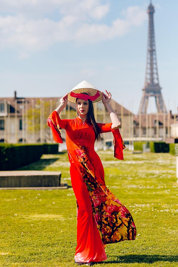 Lựa chọn gam màu nóng, Đỗ Trịnh Hoài Nammong muốn thể hiện tinh thần trẻ trung hội nhập trong bộ sưu tập 12 mùa hoa.