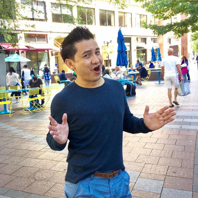 Tháng 3/2016, diễn viên Anh Vũ tới Mỹ lưu diễn cho cộng đồng người Việt sinh sống tại đây. Trong ảnh, anh check in tại thành phố Anaheim thuộc quận Cam, California, cách Los Angeles 45 km về phía Đông Nam. Anaheim trở thành trung tâm vui chơi, giải trí với công viên Disneyland và sân vận động Angel Stadium - sân nhà của đội bóng chày Los Angeles.