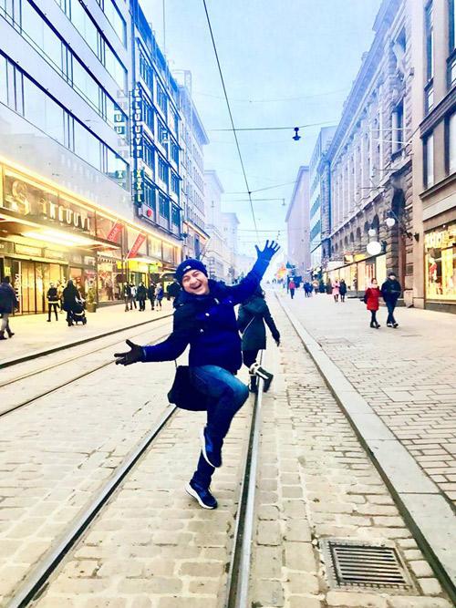 Địa điểm dừng chân chính của chuyến lưu diễn châu Âu này chính là thành phố Helsinki (Phần Lan) - nơi sở hữunhững bảo tàng cổ kính cùng nhiềucông trình kiến trúc bậc nhất châu Âu. Do nằm gần cực Bắc nên nhiệt độ ở Phần Lan rất lạnh, thời điểm Anh Vũ và các nghệ sĩ tới đây đang là cuối mùa đông nên nhiều nơi vẫn còn tuyết rơi.