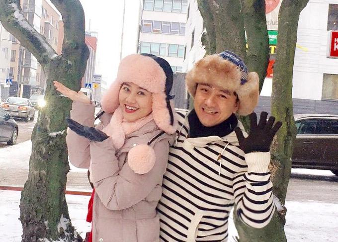 Nghệ sĩ Anh Vũ và diễn viên Quế Trân hào hứng tạo dáng dưới trời tuyết rơi lạnh lẽo ở Helsinki trong chuyến lưu diễn tháng3/2018. Nhiệt độ xuống rất thấp nên khi ra đường, mọi người đều phải đội mũ lông loại chuyên dụng và đi găng tay để giữ ấm.