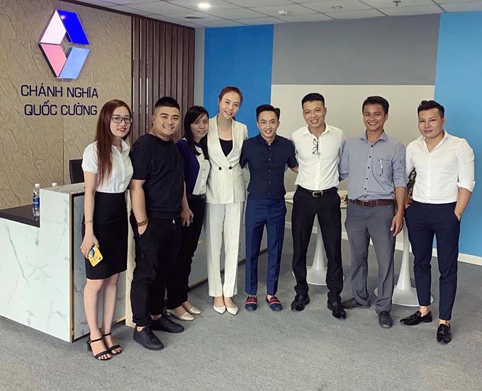 Cường đô la khoe hình ảnh cùng vợ sắp cưới Đàm Thu Trang khai trương công ty mới mang tên mình tại Bình Dương.