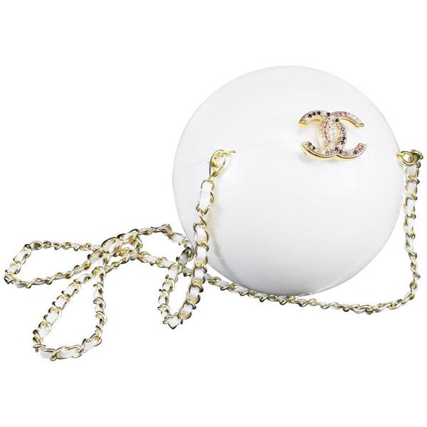 Mẫu túi dáng tròn, gam trắng như một viên ngọc trai khổng lồ được Chanel ra mắt năm 2015.Bề mặt túi trơn nhẵn, có khóa hình hai chữ C lồng vào nhau đính đá tinh xảo.