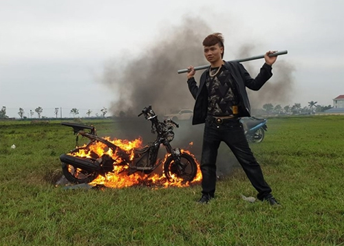 Khá Bảnh đốt xe và quay video đăng lên mạng xã hội.