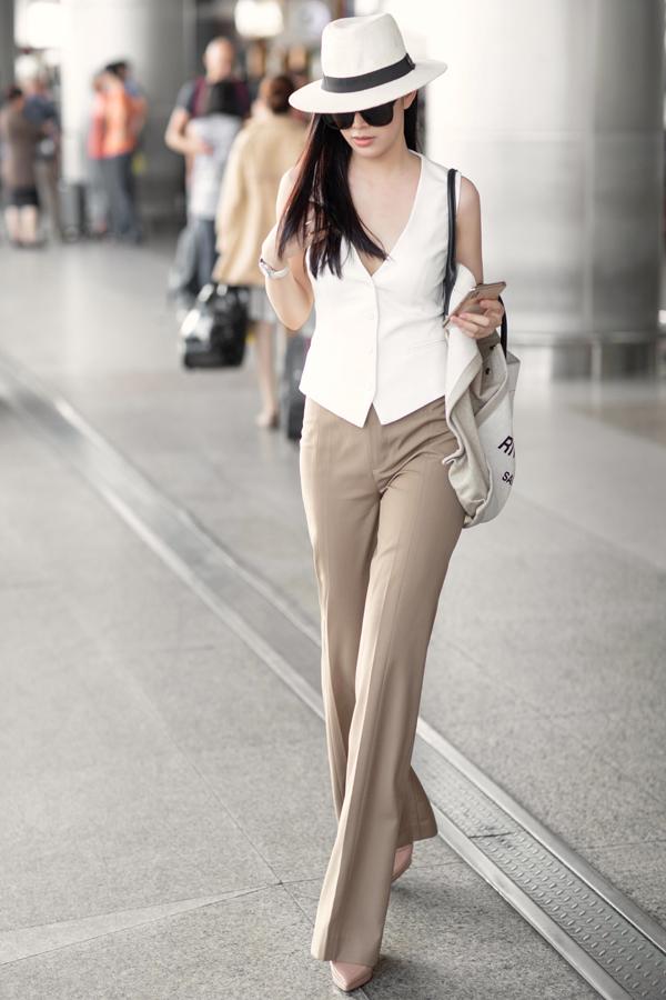 Trong bộ ảnh vừa thực hiện, Mai Thanh Hà giới thiệu các mẫu áo - quần hợp mốt ngày hè và phù hợp với các chuyến bay.