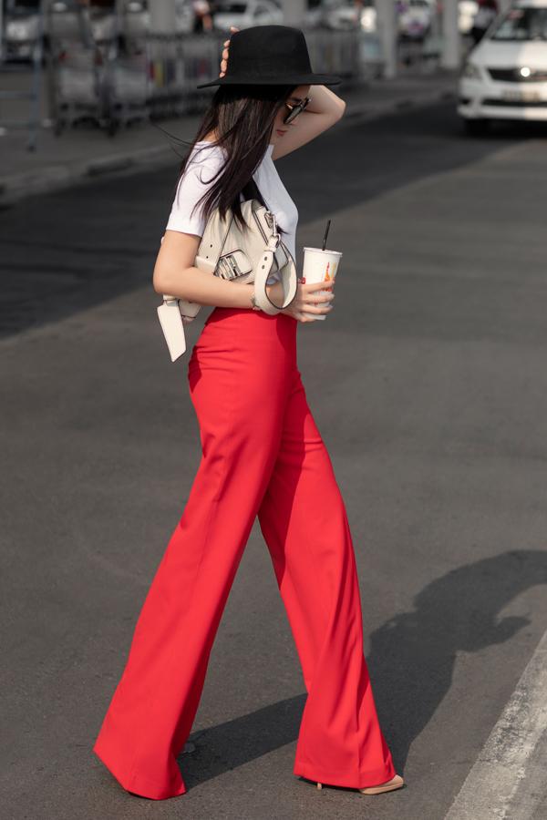 Thay vì phối sơ mi cùng quần lụa khi đi làm, Mai Thanh Hà diện trang phục mang hơi hướng cổ điển cùng áo thun trắng tiệp màu túi Dior đeo chéo.