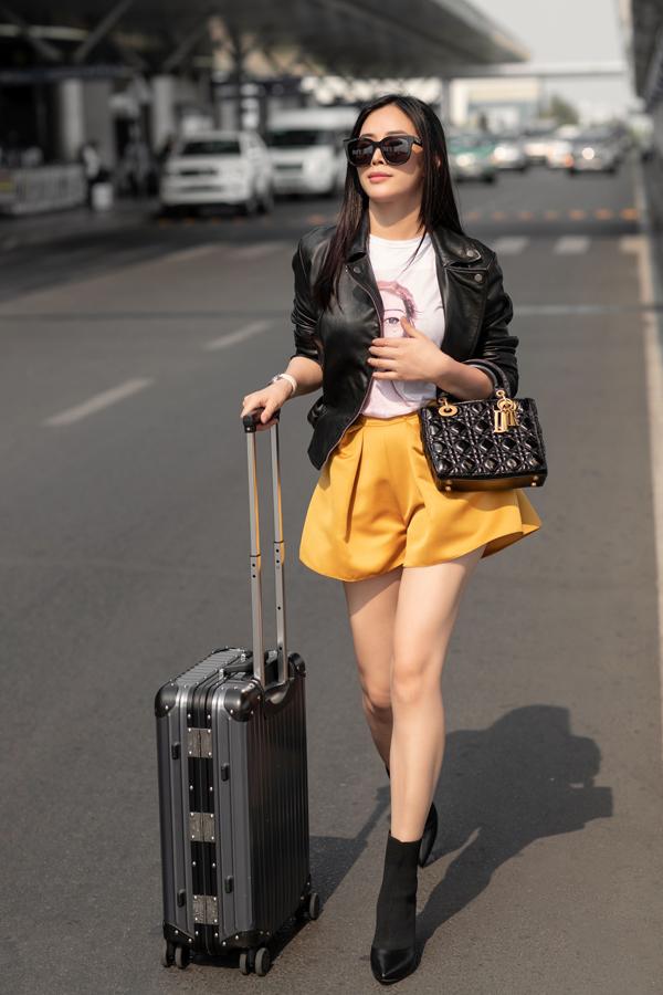 Bộ ảnh được thực hiện với sự hỗ trợ của nhiếp ảnh Chanh, stylist Thanh Trúc Trương, trang điểm Hoàng Hiển.