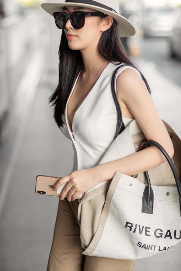 Mẫu áo tôn nét gợi cảm nhưng vẫn giúp người mặc khoe được nét hiện đại, trẻ trung khi ra sân bay.