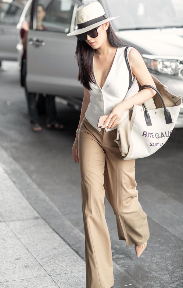 Là nữ diễn viên thường xuyên chọn các mẫu váy điệu đà để chưng diện, nhưng ở mùa này Thanh Hà ưu tiên các kiểu quần ống suông, ống rộng mang lại sự tiện lợi và thoải mái.
