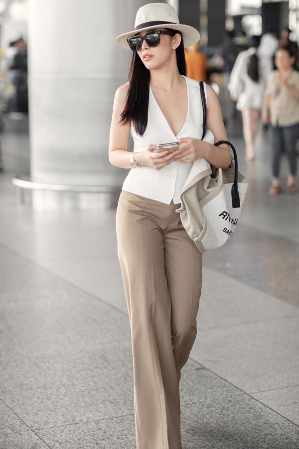 Tông màu cà phê sữa đồng điệu cùng xu hướng mới được Mai Thanh Hà chọn làm điểm nhấn khi phối áo sát nách, quần ống rộng, túi vải bố và mũ fedora.
