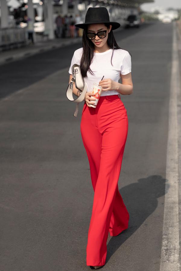 Vẫn sử dụng mẫu quần suông tôn dáng, nhưng người đẹp giúp mình nổi bật hơn với tông đỏ bắt mắt.