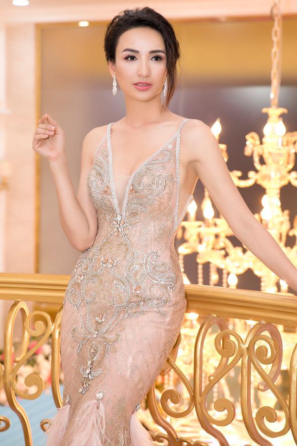Ngọc Diễm khéo chọn kiểu tóc búi cao sang trọng, kết hợp bông tai lấp lánh để hoàn thiện vẻ ngoài cuốn hút.