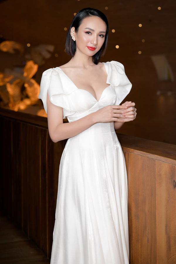Một ngày trước đó, Hoa hậu Du lịch 2008 tham dự show thời trang của NTK Lê Thanh Hòa. Cô gây bất ngờ với hình ảnh trẻ trung nhưng không mất đi nét gợi cảm thường thấy.